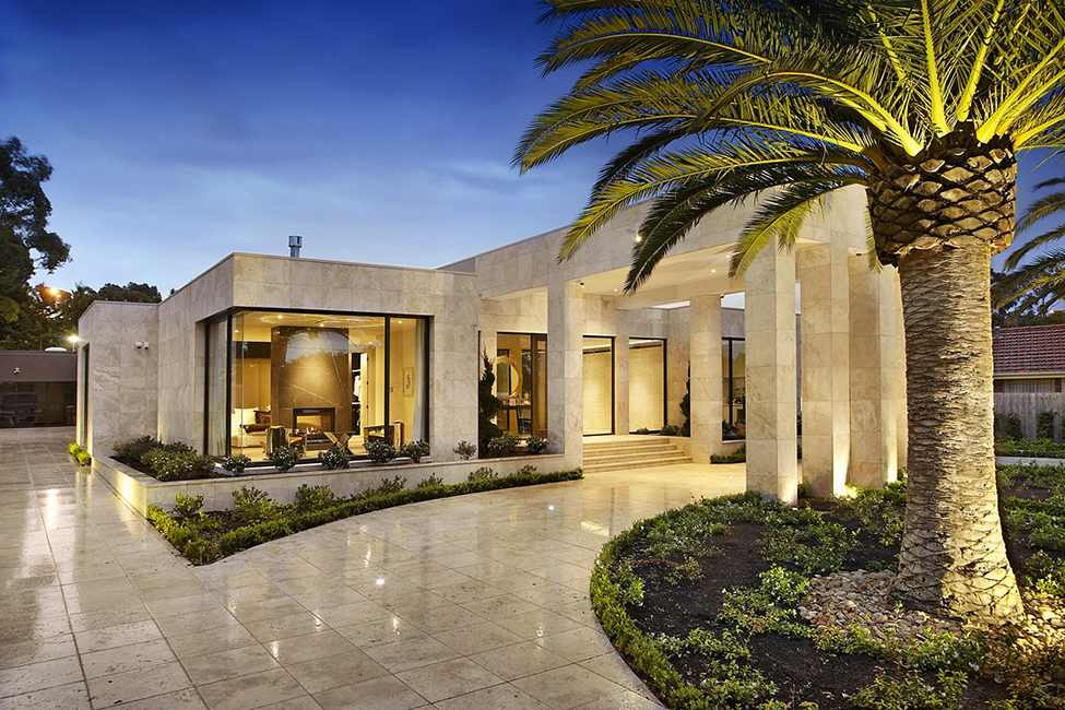 access into the Large Luxurious Modern Mansion in Melbourne Wearing Contemporary Style