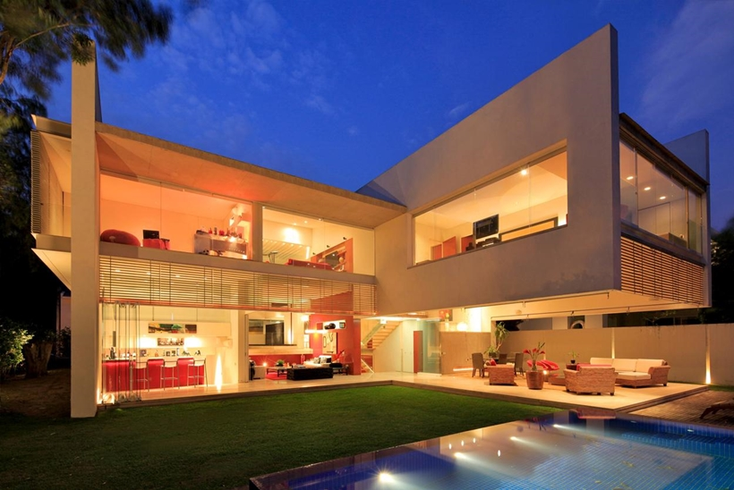 Luxurious modern mansion with huge cantilever in for Huge modern houses for sale