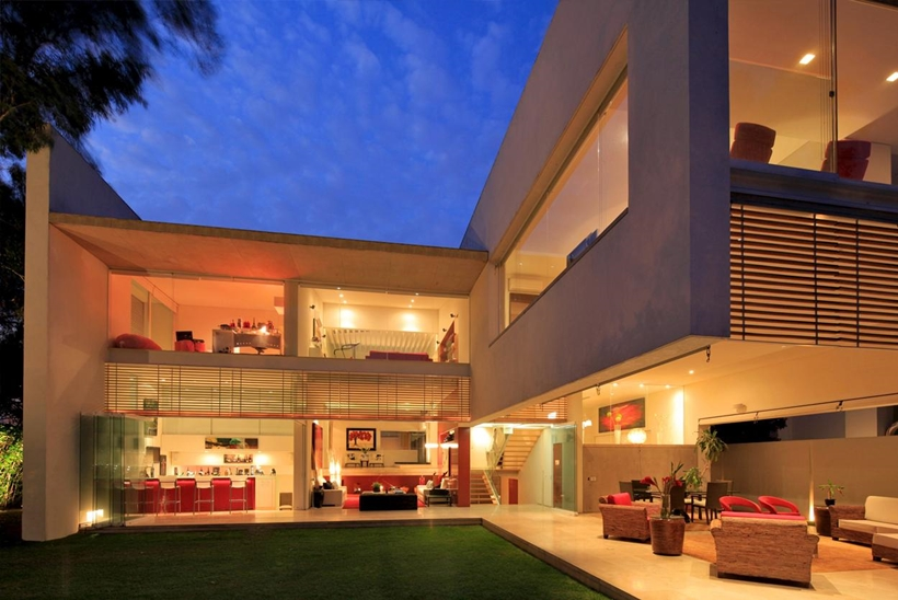 backyard landscaping Luxurious Modern Mansion with Huge Cantilever in Contemporary Style - Godoy House in Mexico