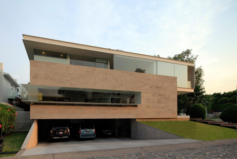 Luxurious Modern Mansion With Huge Cantilever In