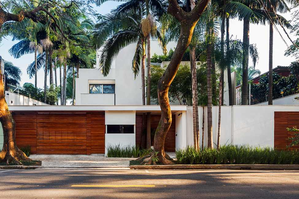 the garden outside MG-Residence-Modern-Mansion-Luxury-and-Style-Reinach-Mendonça-Arquitetos-in-São-Paulo