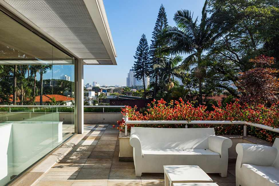 exterior terrace MG-Residence-Modern-Mansion-Luxury-and-Style-Reinach-Mendonça-Arquitetos-in-São-Paulo