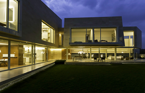 central courtyard at night Marble-L-Shaped-Modern-Mansion-with-Amazing-Backyard-Landscaping