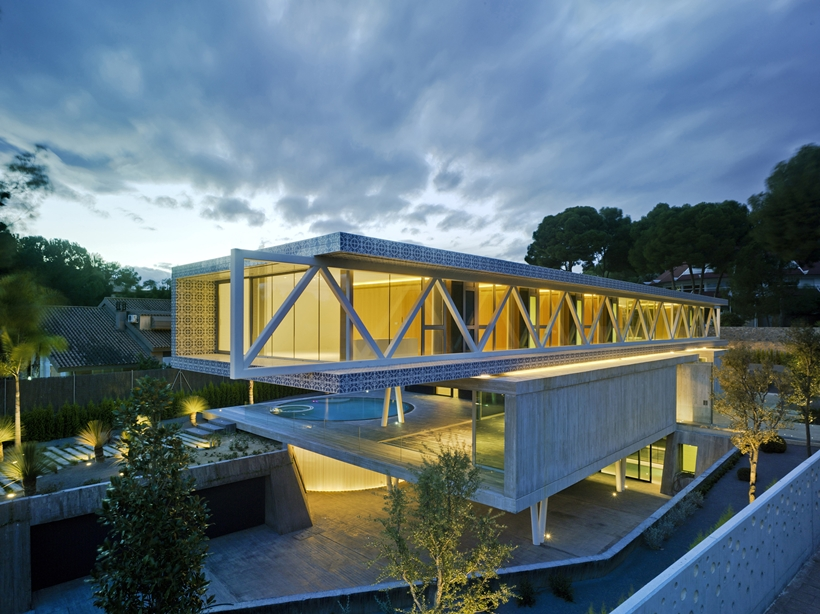 aerial perspective at night Modern-Dream-House-mansion-with-Imposing-Cantilever-by-Clavel-Arquitectos