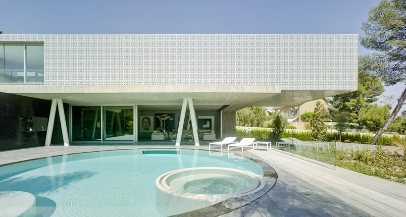 exterior swimming pool Modern-Dream-House-mansion-with-Imposing-Cantilever-by-Clavel-Arquitectos