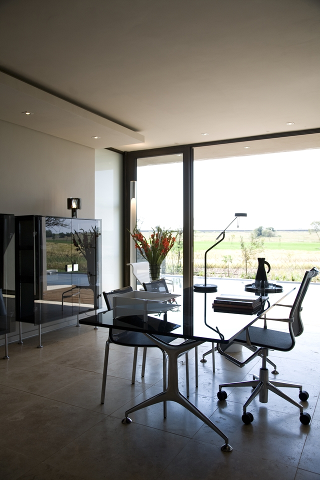 desk office Modern Jewel Between South African Mansions - Serengeti Houseby Nico van der Meulen Architects