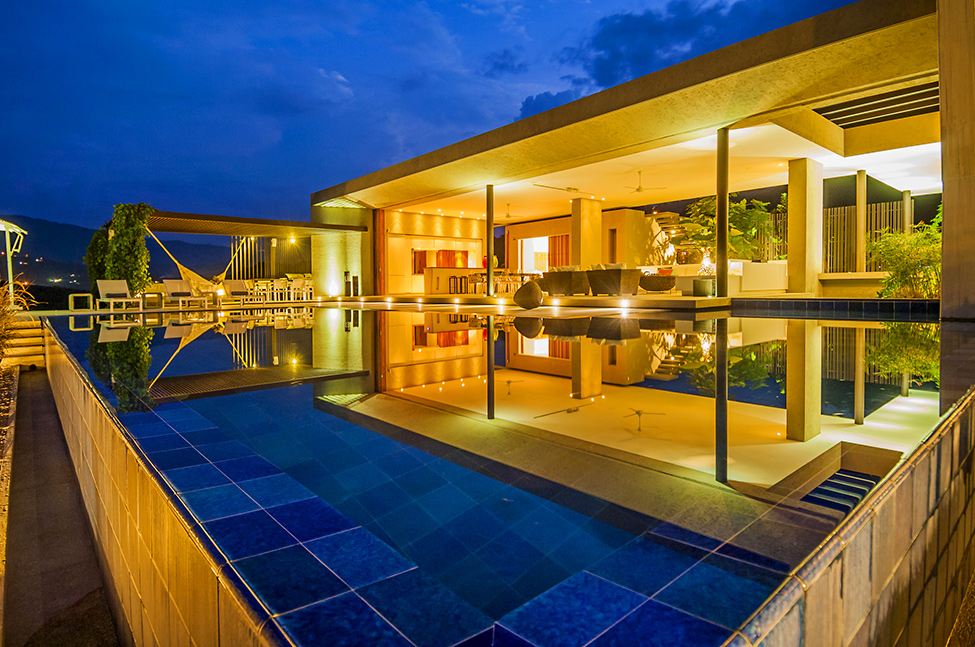 infinity swimming pool Modern-Mansion-with-Undefined-Boundaries-in-Colombia-by-Arquitectura-en-Estudio