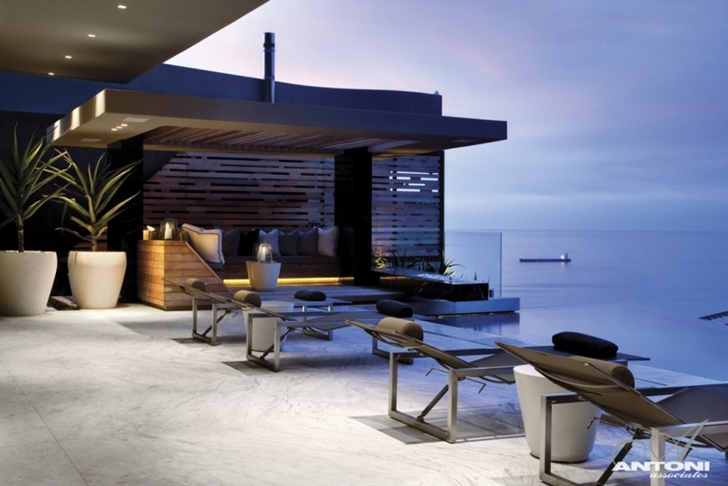 overlooking the oceanModern Residence on Head Road 1843 by Antoni Associates in Cape Town