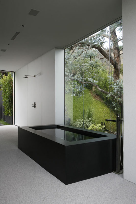black and white bathroom design OpenHouse-Designed-by-XTEN-Architecture-Modern-Hollywoodian-Mansion-in-California-homesthetics