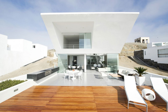 backyard landscaping Sculptural Dream Vacation Home by RRMR Arquitectos in Asia District of Limas