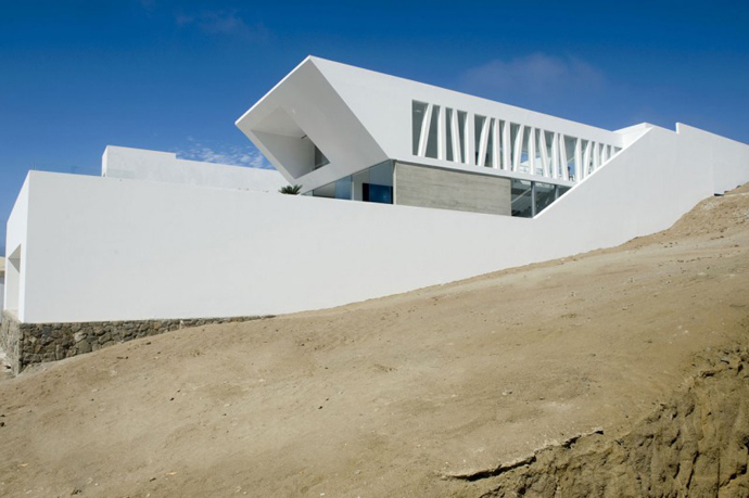 exterior view Sculptural Dream Vacation Home by RRMR Arquitectos in Asia District of Limas