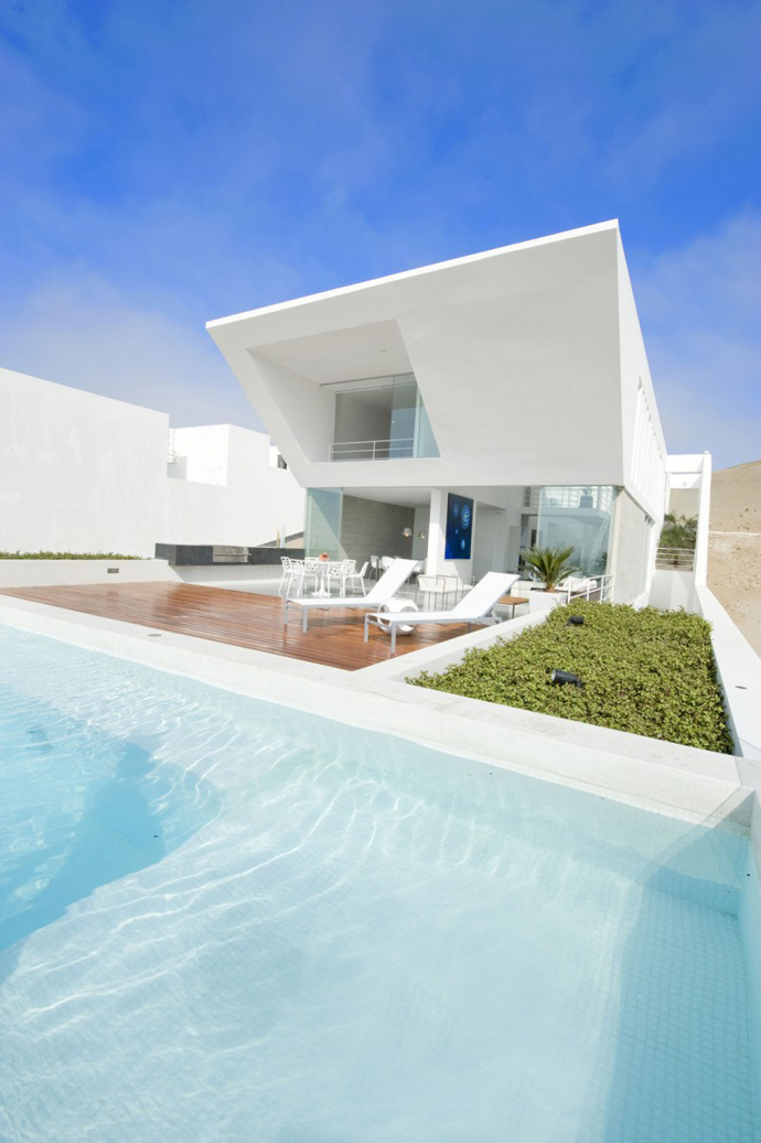 backyard landscaping ideas swimming pool Sculptural Dream Vacation Home by RRMR Arquitectos in Asia District of Limas