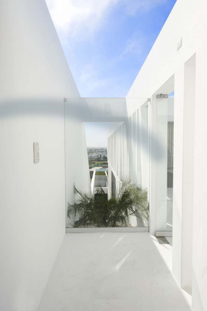central courtyard white stark Sculptural Dream Vacation Home by RRMR Arquitectos in Asia District of Limas