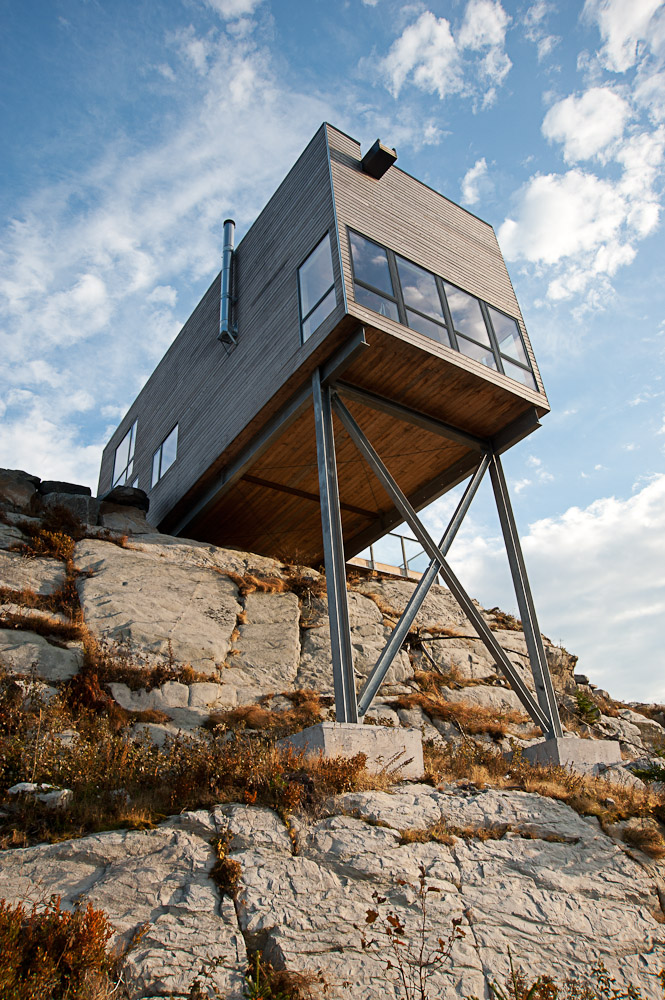 view from below Two-Storey Peaceful Retreat -Cliff View House in Nova Scotia homesthetics modern mansion (2)