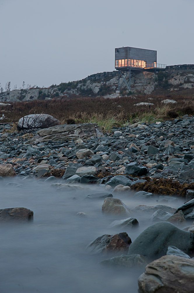 rocky shore Two-Storey Peaceful Retreat -Cliff View House in Nova Scotia homesthetics modern mansion (2)