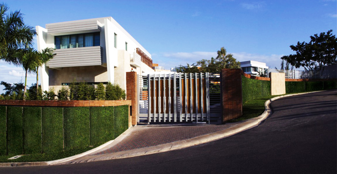 access to the home Unusual Modern Mansion-Tingo and Fenny House by Pons Arquitectos in Santo Domingo homesthetics (3)