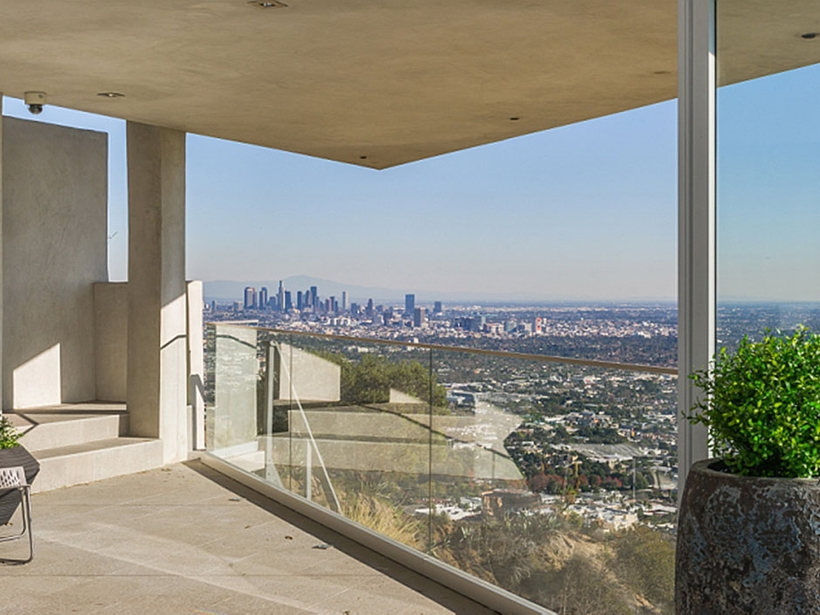 expansive views towards 8320-Grand-View-Drive-Modern-Mansion-on-Sunset-Strip-Offering-Expansive-Views-over-Los-Angeles-homesthetics