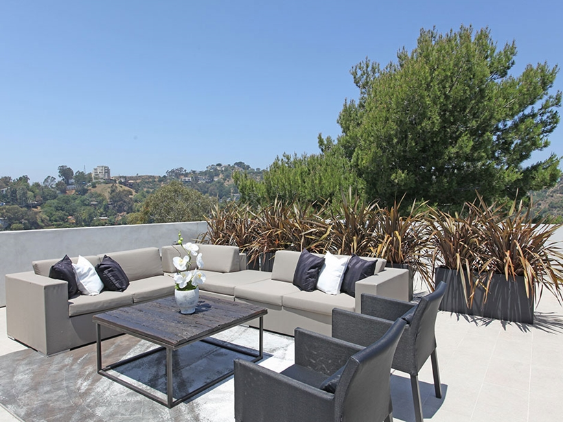 patio dinning area 8320-Grand-View-Drive-Modern-Mansion-on-Sunset-Strip-Offering-Expansive-Views-over-Los-Angeles-homesthetics