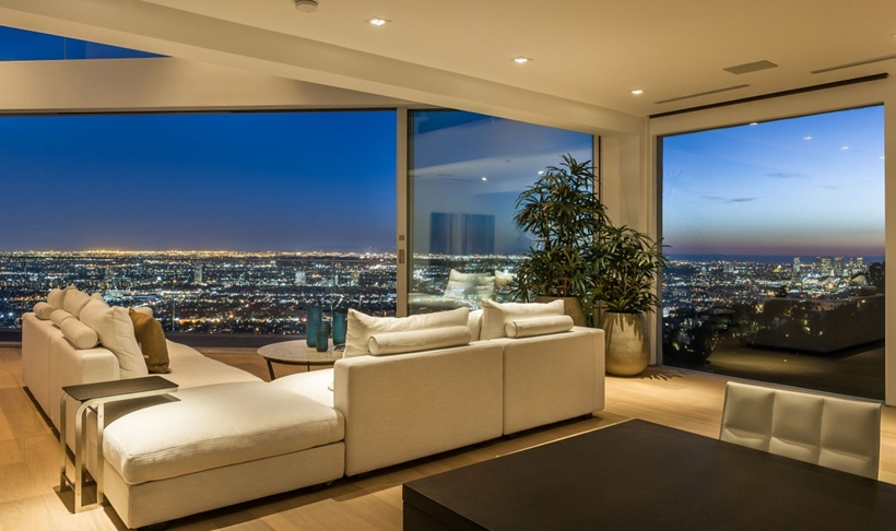 expansive views from the living room of the 8320-Grand-View-Drive-Modern-Mansion-on-Sunset-Strip-Offering-Expansive-Views-over-Los-Angeles-homesthetics