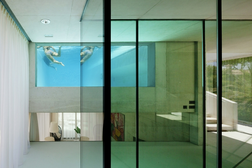interior design of the Jellyfish-House-Modern-Mansion-Exposing-Concrete-and-a-Breathtaking-Swimming-Pool-Suspeneded-in-a-Huge-Cantilever-homesthetics
