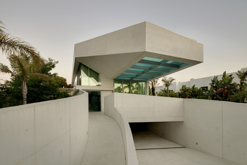 big Jellyfish-House-Modern-Mansion-Exposing-Concrete-and-a-Breathtaking-Swimming-Pool-Suspeneded-in-a-Huge-Cantilever-homesthetics