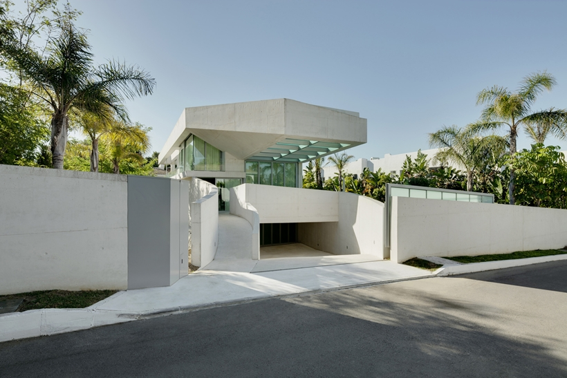 car access into the Jellyfish-House-Modern-Mansion-Exposing-Concrete-and-a-Breathtaking-Swimming-Pool-Suspeneded-in-a-Huge-Cantilever-homesthetics