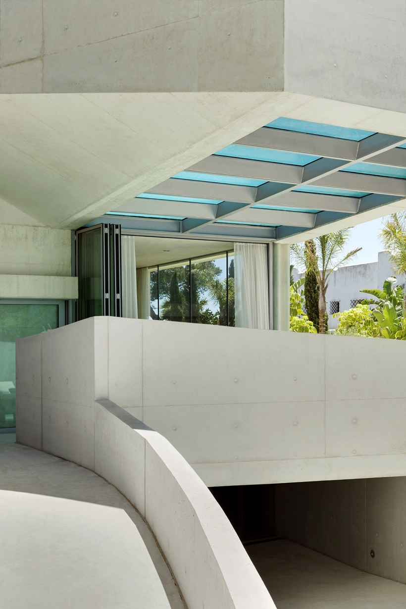 main access in the Jellyfish-House-Modern-Mansion-Exposing-Concrete-and-a-Breathtaking-Swimming-Pool-Suspeneded-in-a-Huge-Cantilever-homesthetics