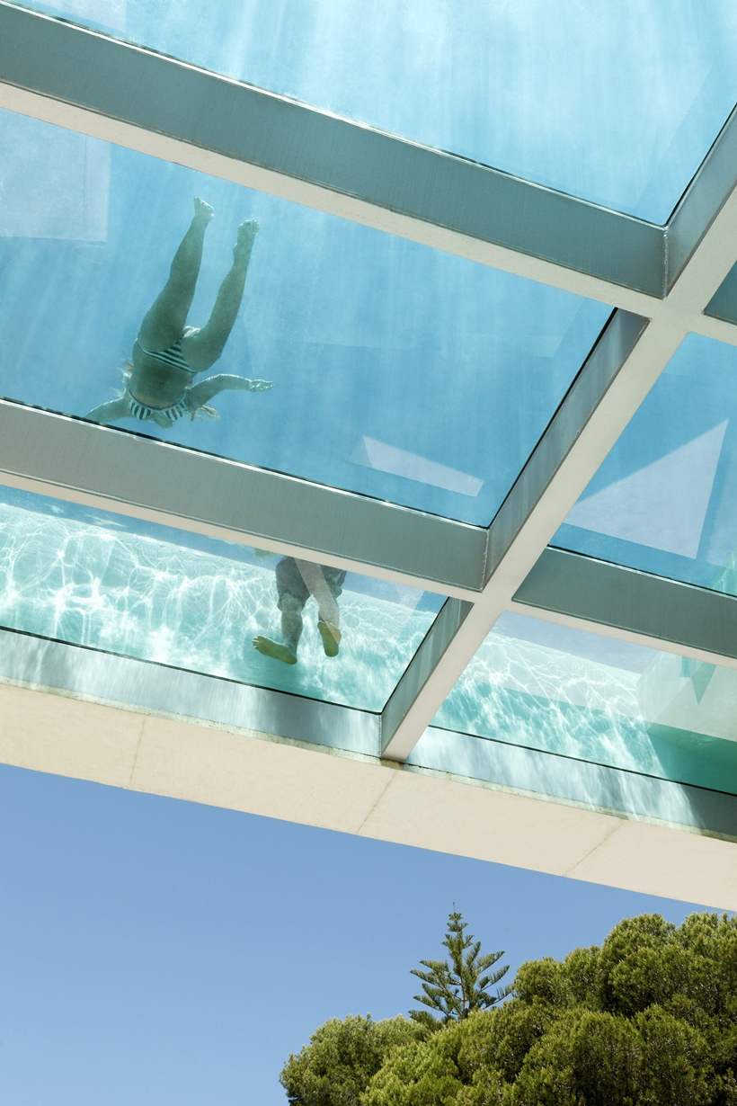 Jellyfish-House-Modern-Mansion-Exposing-Concrete-and-a-Breathtaking-Swimming-Pool-Suspeneded-in-a-Huge-Cantilever-homesthetics