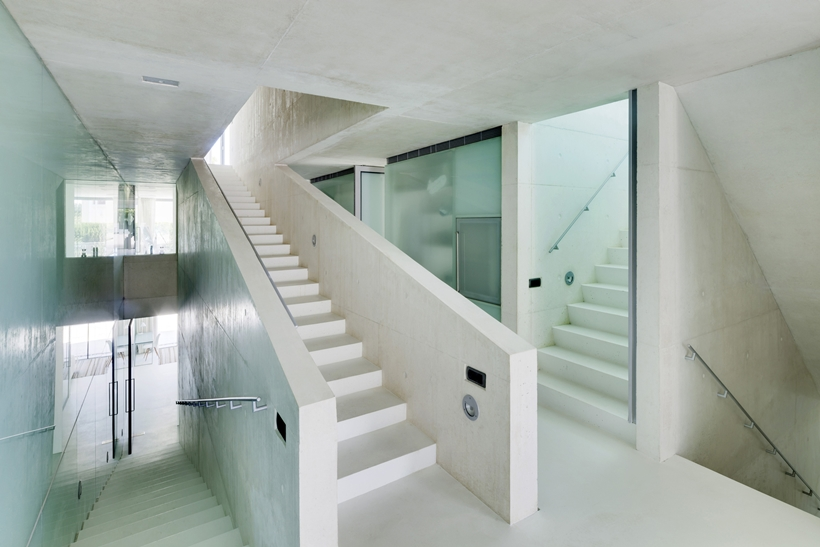 staircase in white in the Jellyfish-House-Modern-Mansion-Exposing-Concrete-and-a-Breathtaking-Swimming-Pool-Suspeneded-in-a-Huge-Cantilever-homesthetics