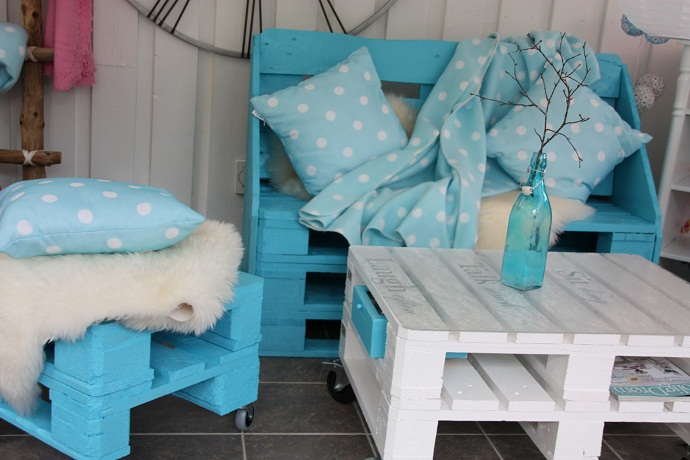CreativeInspiring-Methods-of-Recycling-Wooden-Pallets-Into-Your-Own-Garden teal tourqouise pallet furniture