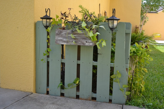 small fence made out of CreativeInspiring-Methods-of-Recycling-Wooden-Pallets-Into-Your-Own-Garden