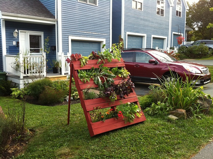simple red flower support CreativeInspiring-Methods-of-Recycling-Wooden-Pallets-Into-Your-Own-Garden