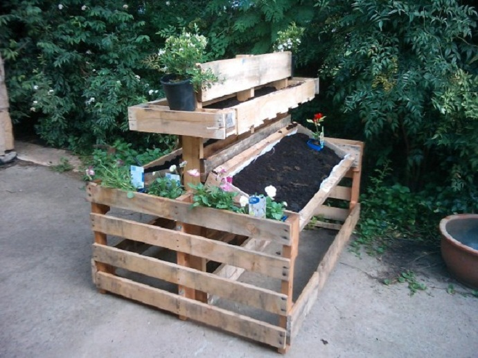 flower support stand CreativeInspiring-Methods-of-Recycling-Wooden-Pallets-Into-Your-Own-Garden