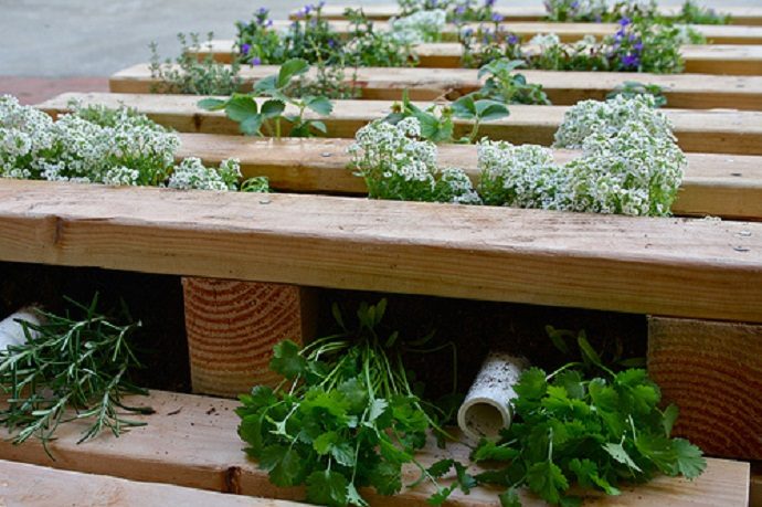 simple CreativeInspiring-Methods-of-Recycling-Wooden-Pallets-Into-Your-Own-Garden