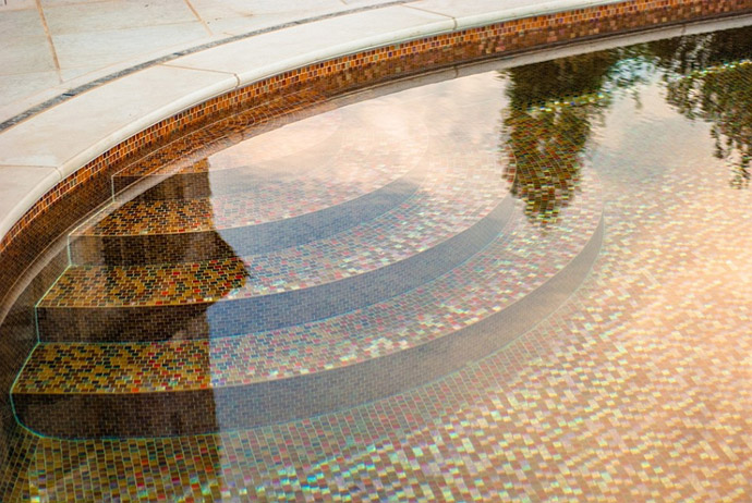 staircase in the swimming poolBackyard-Landscaping-Ideas-Swimming-Pool-Forged-as-a-Stradivarius-Violin