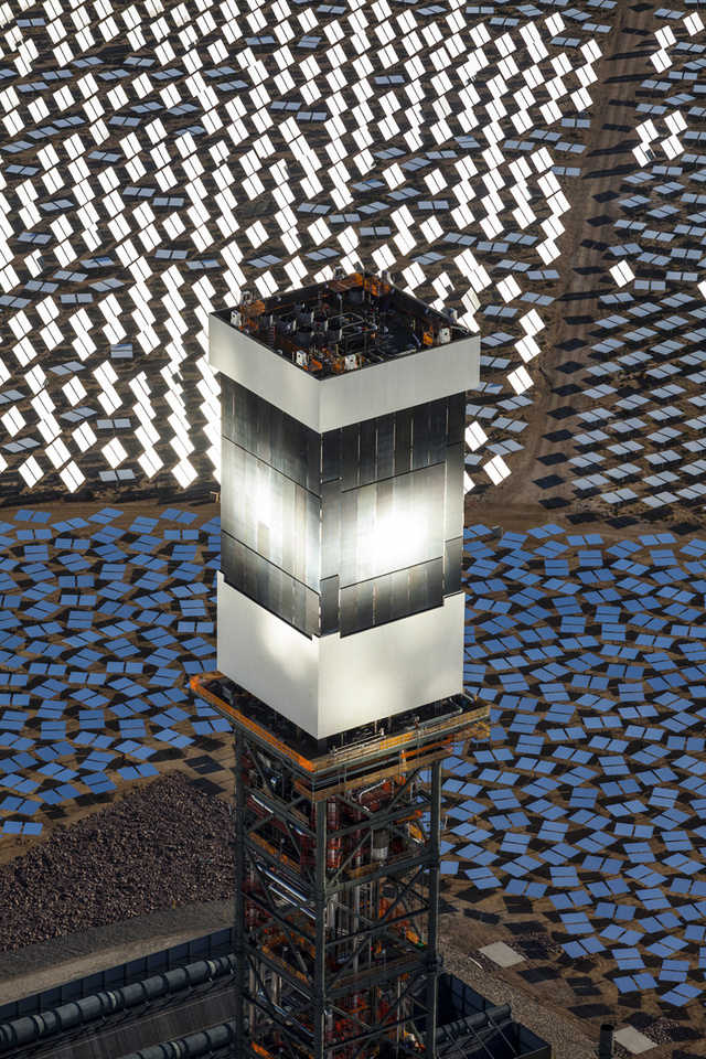 tower vIvanpah SEGS - World's Largest Solar Plant Started Creating Electricity Today