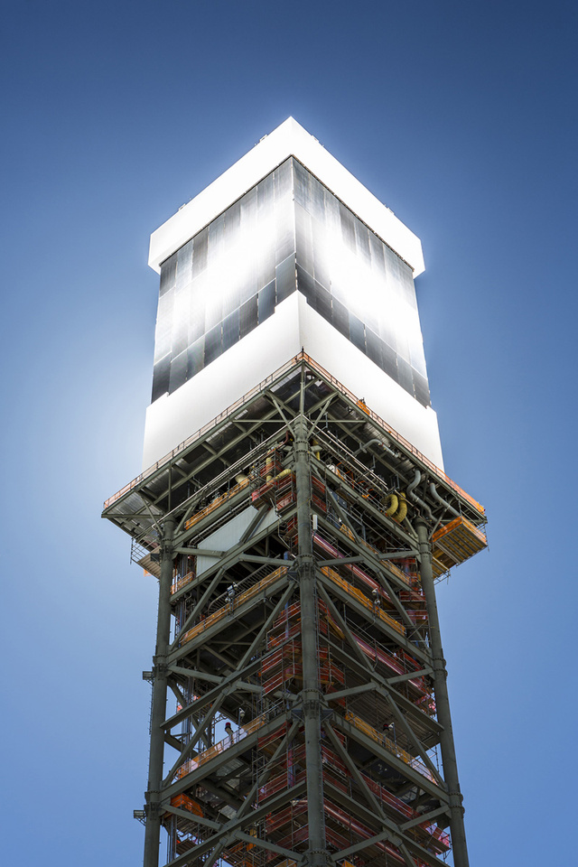 the tower of the Ivanpah SEGS - World's Largest Solar Plant Started Creating Electricity Today
