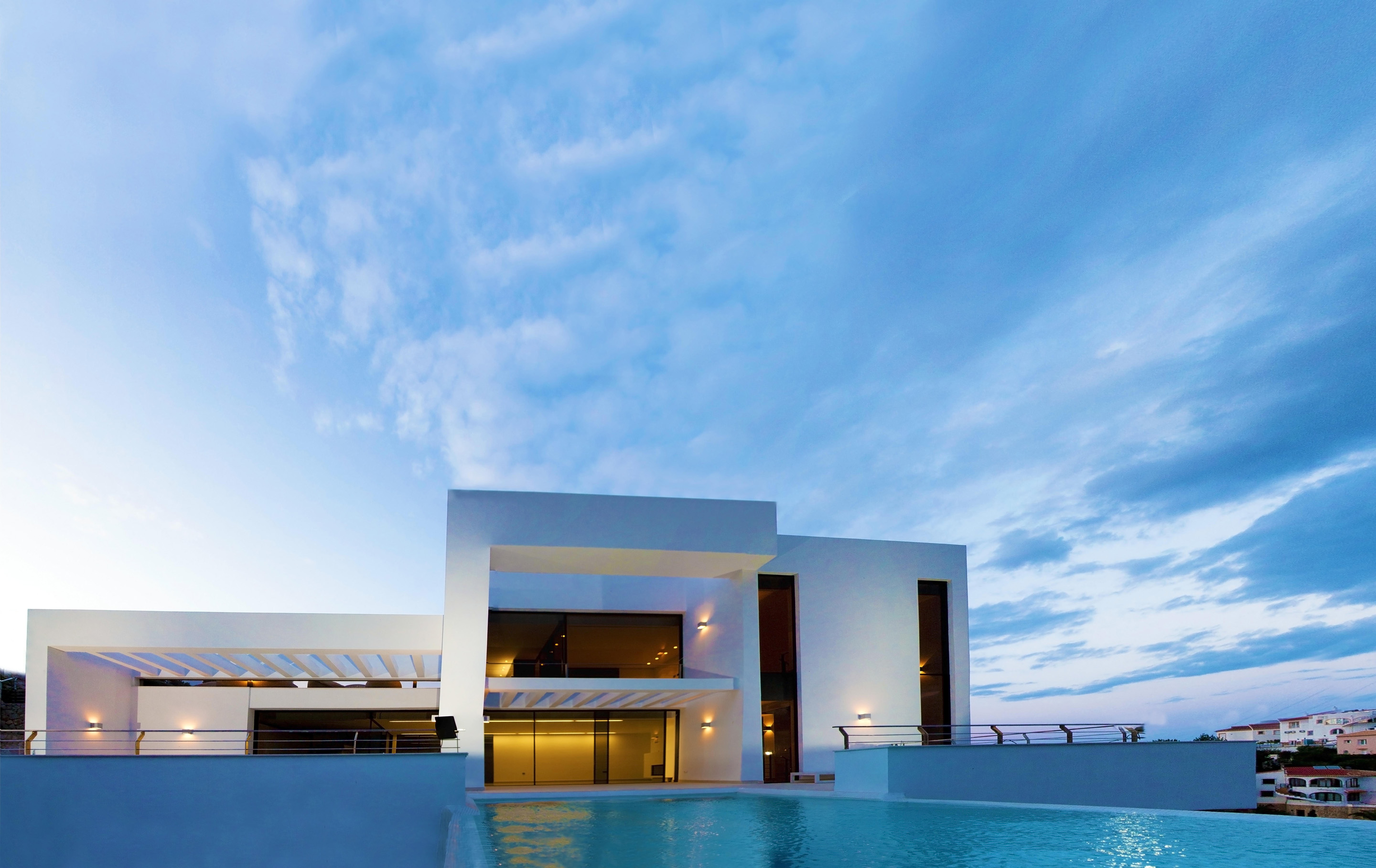 main facade and swimming pool of the Modern Mansions Superlatives -La Perla del Mediterraneo by Carlos Gilardi
