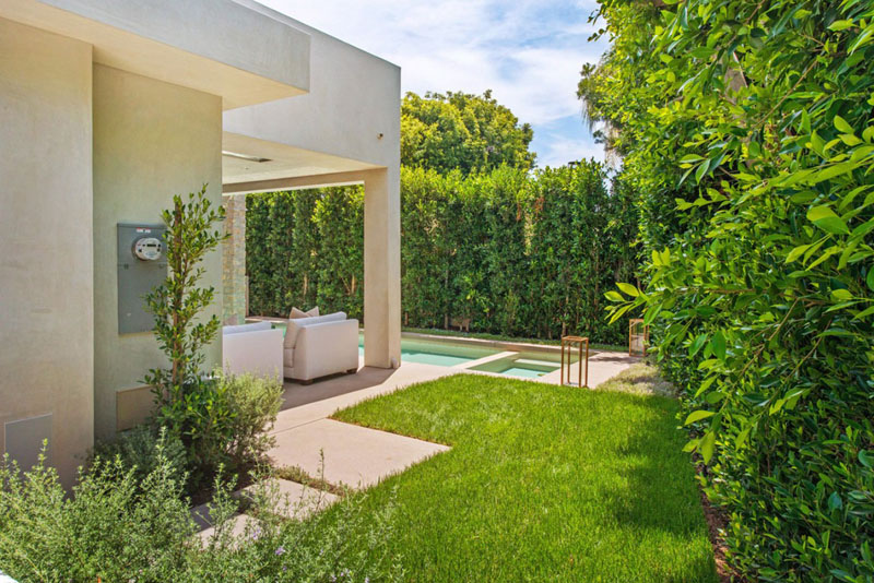 sublime Vegetation Offering Privacy in Contemporary Modern Mansions by Amit Apel Design sua california sheltering backyard landscaping ideas (1)