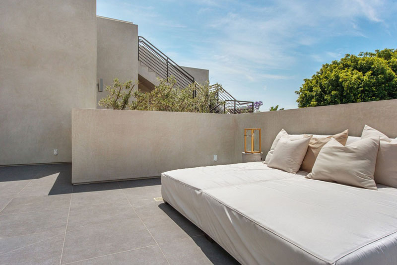 patio terrace vVegetation Offering Privacy in Contemporary Modern Mansions by Amit Apel Design sua california sheltering backyard landscaping ideas (1)