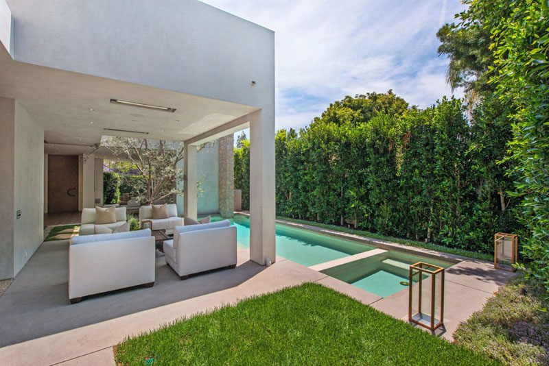 swimming pool design in the Vegetation Offering Privacy in Contemporary Modern Mansions by Amit Apel Design sua california sheltering backyard landscaping ideas (1)
