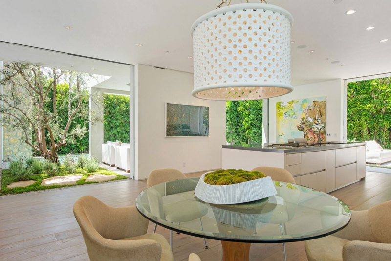detail shot of the small dining area Vegetation Offering Privacy in Contemporary Modern Mansions by Amit Apel Design sua california sheltering backyard landscaping ideas (1)