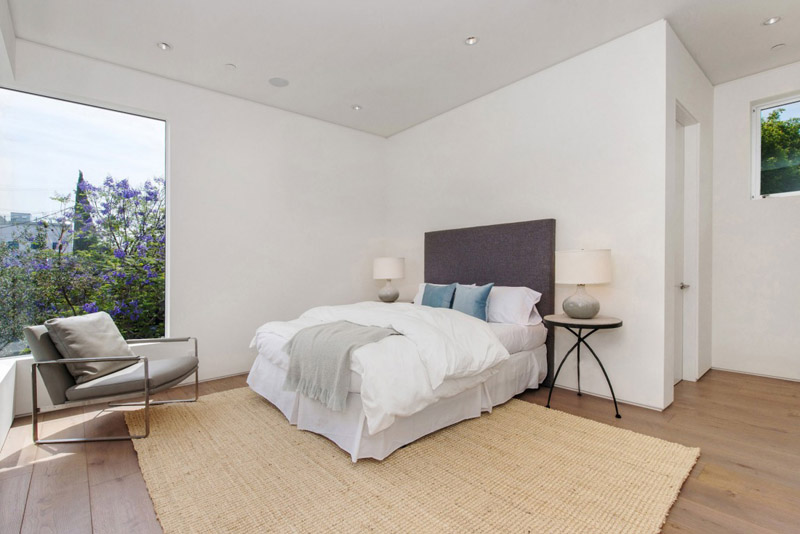 bedroom design in the Vegetation Offering Privacy in Contemporary Modern Mansions by Amit Apel Design sua california sheltering backyard landscaping ideas (1)
