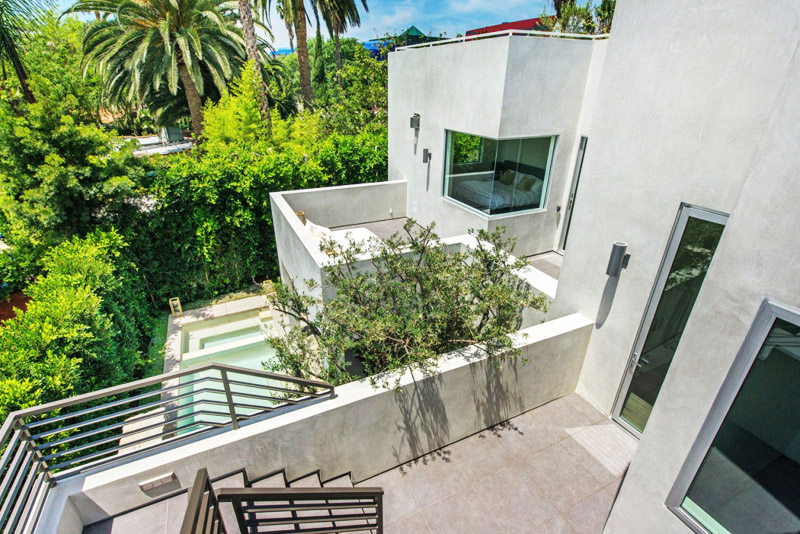 terrace and vegetation Vegetation Offering Privacy in Contemporary Modern Mansions by Amit Apel Design sua california sheltering backyard landscaping ideas (1)