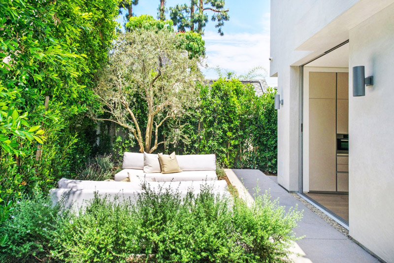 breathtaking Vegetation Offering Privacy in Contemporary Modern Mansions by Amit Apel Design sua california sheltering backyard landscaping ideas (1)