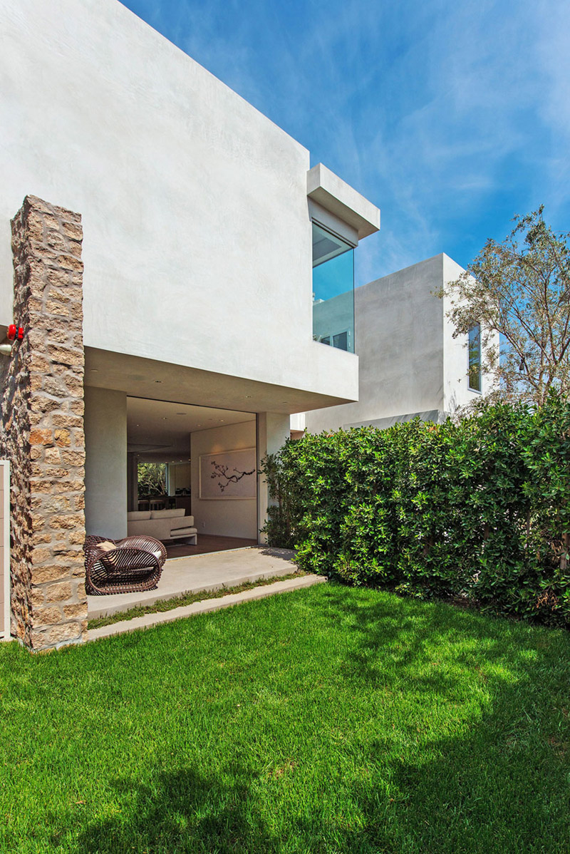 Vegetation Offering Privacy in Contemporary Modern Mansions by Amit Apel Design sua california sheltering backyard landscaping ideas (1)