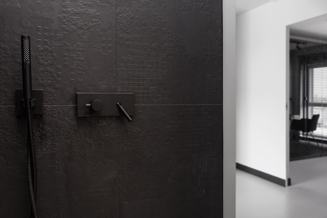 small detail shot BoldMasculine-Black-and-White-Apartment-Enhanced-by-Colorful-Details