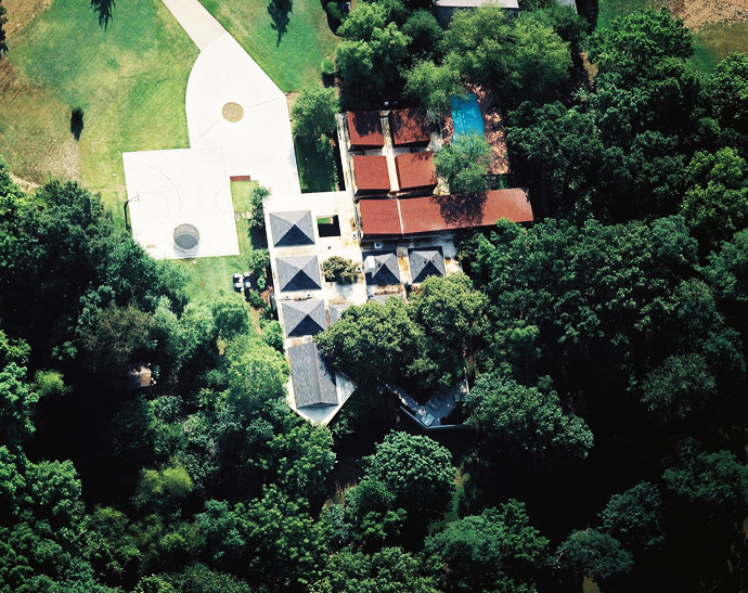 Arkansas-House-Modern-Mansion-Embedded-in-Vegetation-by-Marlon-Blackwell aerial view