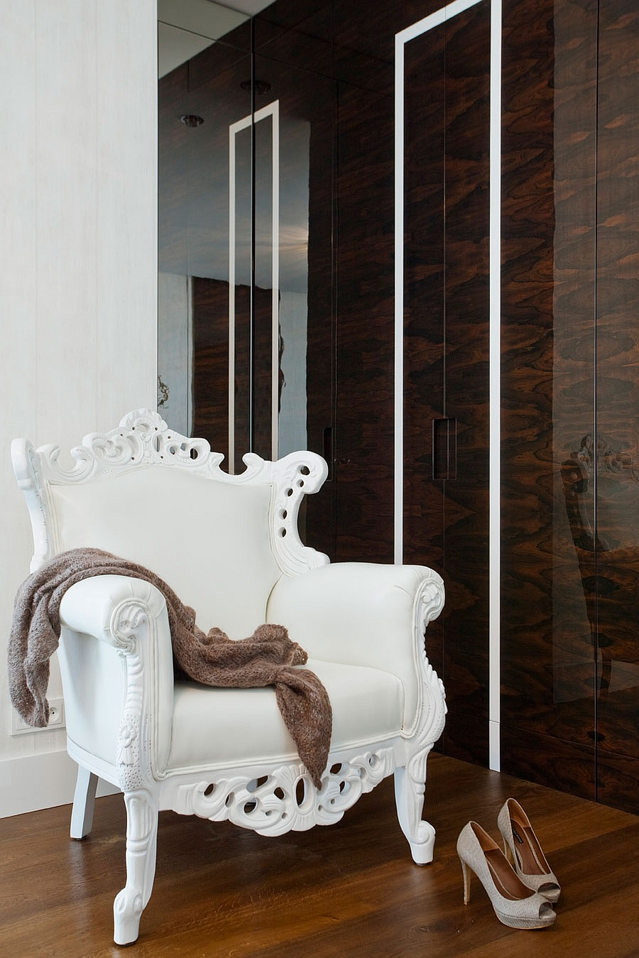 Classical Decor Addition To The Modern Space Wrapped in Contemporary Clothes