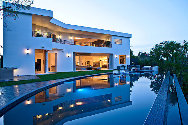 Luxurious Home With Large Pool Design That Mirrors The Establishment